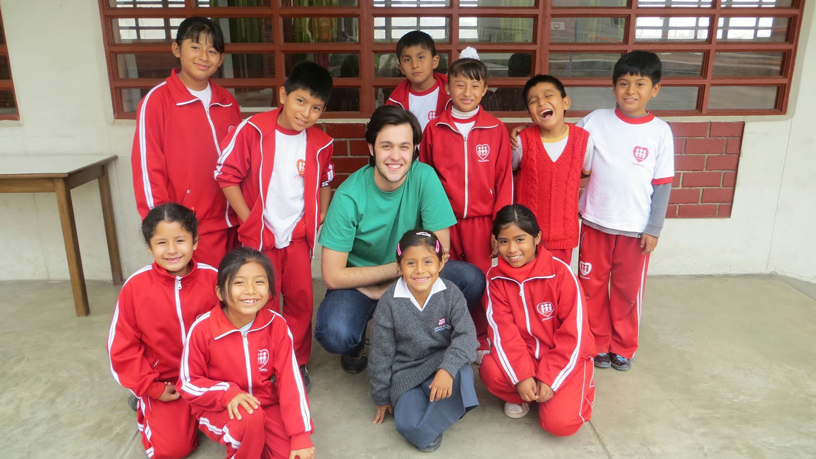 One of Entreculturas volunteers poses with schoolchildren
